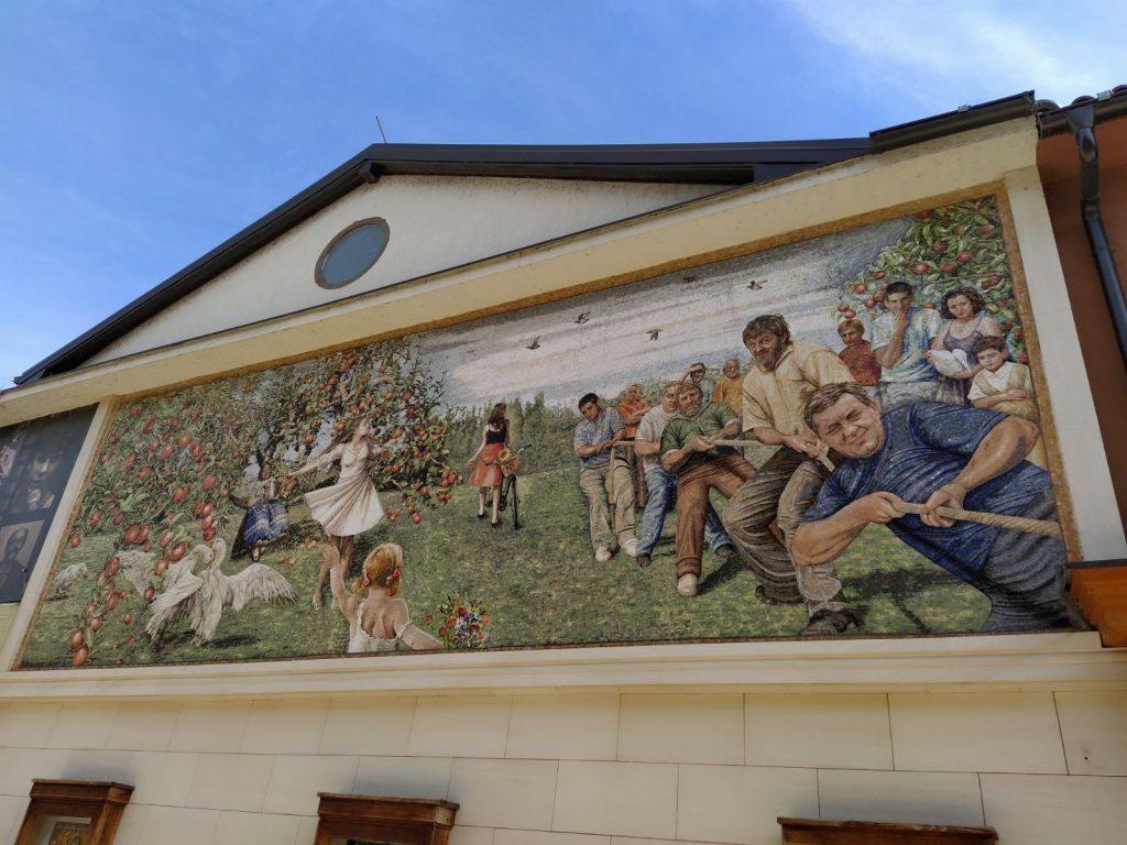 Mozaik na bioskopu u Andricgradu