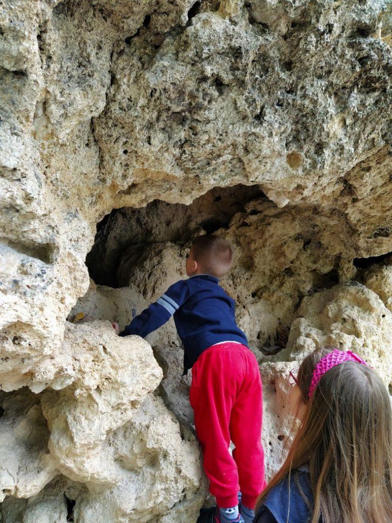 Otvori u stijenama kod vodopada u Jajcu