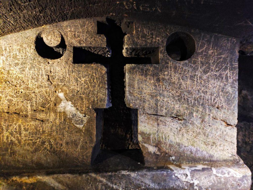 Kripta sa oltarom u katakombama u Jajcu