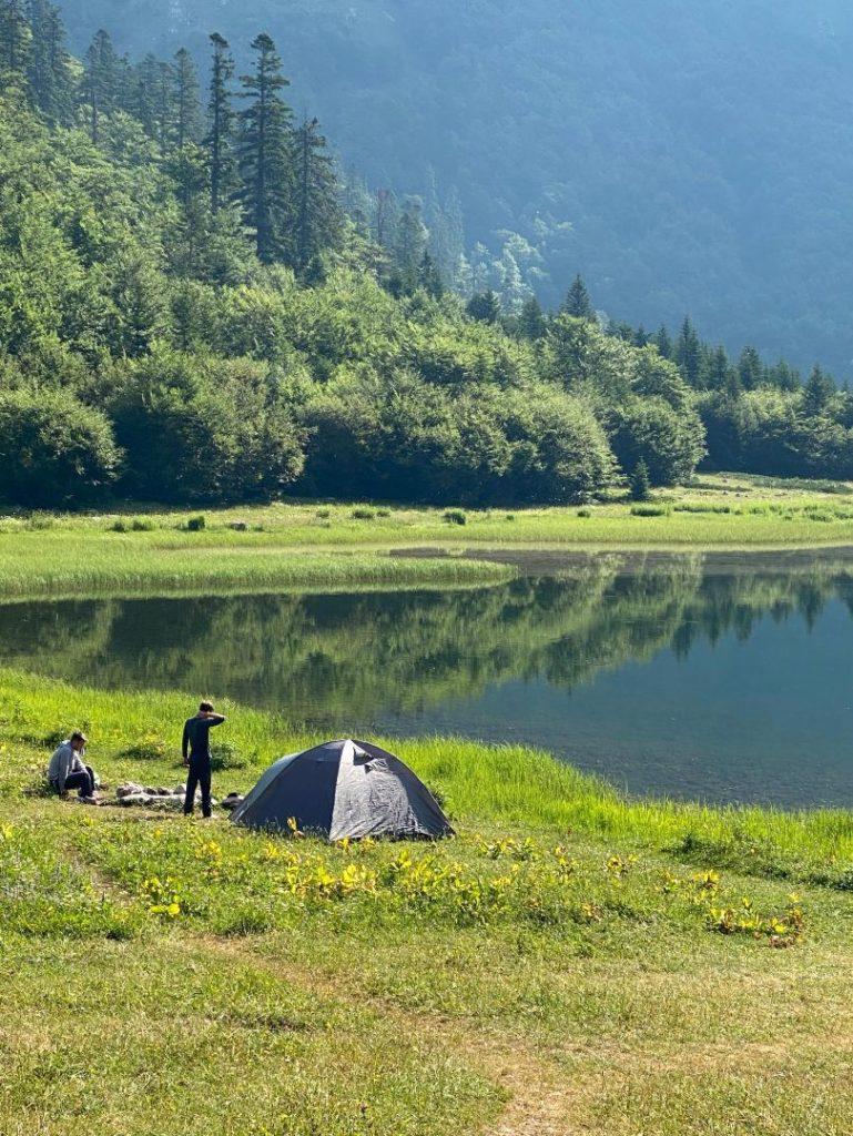 Kampovanje na Trnovackom jezeru